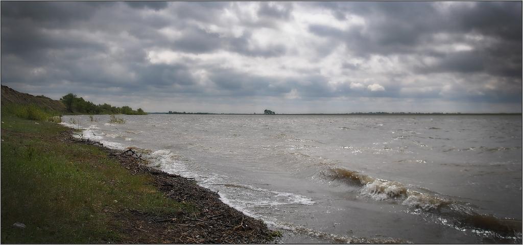 С моря дул сильный холодный ветер.